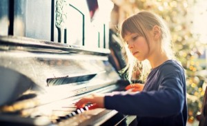 piano_girl_playing